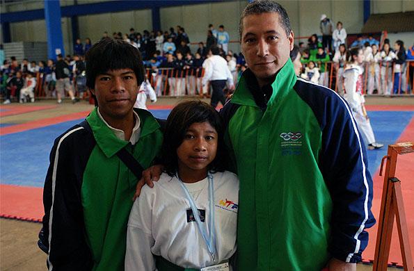 Remigia junto a su entrenador Luis y su hermano Marcos.