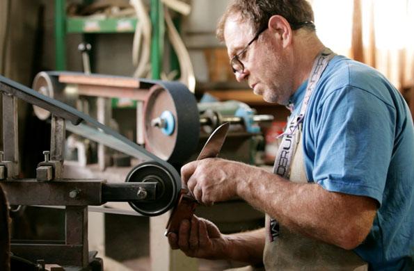 Juan, modelando los chuchillos que tienen como valor agregado el trabajo artesanal.