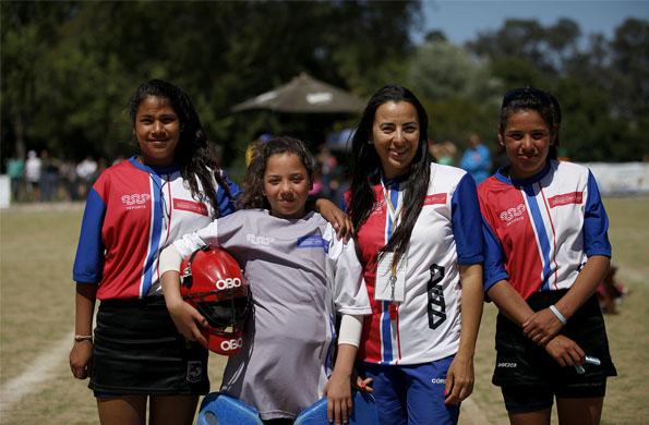 Camila junto a su entrenadora Andrea Acuña y sus compañeras de equipo en los Evita.