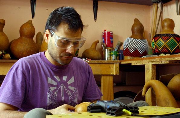 La iniciativa fabrica 32 tipos de instrumentos africanos.