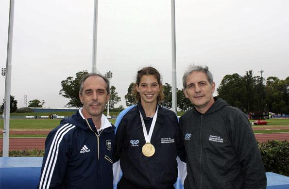 El secretario Claudio Morresi y el subsecretario Marcelo Chames, junto a la campeona.