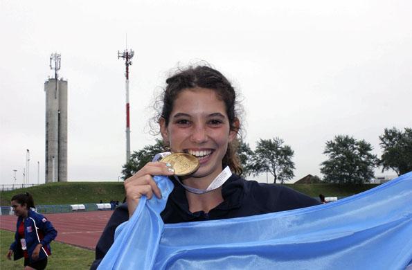 La cordobesa campeona exhibe con orgullo su merecida medalla.