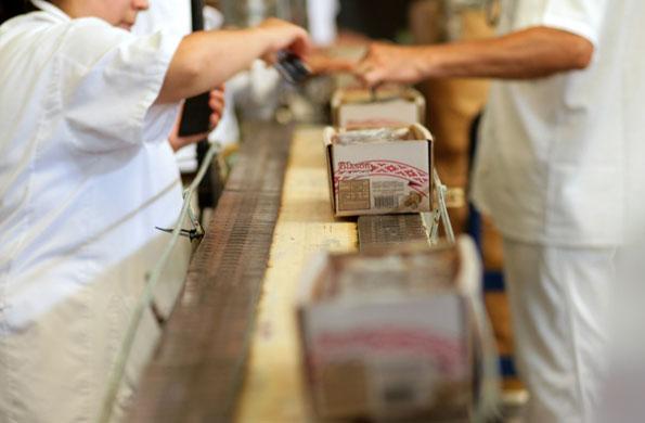 La cooperativa se dedica a producir dulces sólidos envasados.