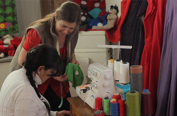 Emprendedoras realizando los productos para luego comercializar en ferias.