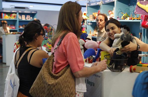Las integrantes del emprendimiento interactúan con los visitantes de la feria.