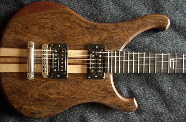 Las guitarras tradicionales son parte de la gran variedad de instrumentos que la asociación produce.