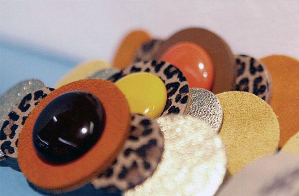 Taller El Zorzal fabrica aros, collares, gargantillas, hebillas para el cabello, anillos y pulseras.