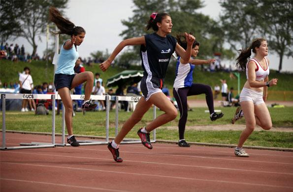 Atletas en la pista del Centro Nacional de Alto Rendimiento Deportivo.