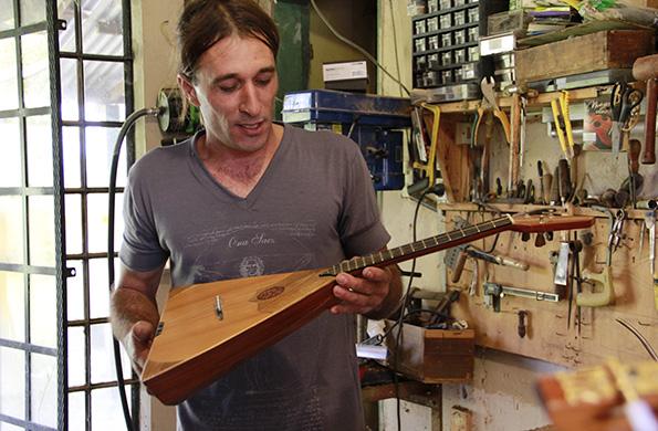 Ramón elabora guitarras, cuatros venezolanos, ukeleles, charangos y balalaicas rusas.