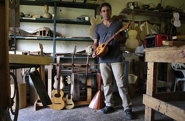 En su taller hay piezas de nogal, alcanfor, palo santo, caoba, ciprés, fresno y lapacho.