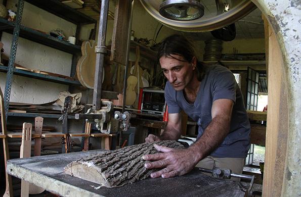 Ramón Rodriguez tiene 37 años es luthier y vive en San Vicente provincia de Buenos Aires.