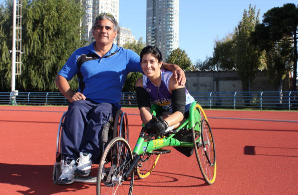 Valeria Jara, la velocista surgida de los Juegos Evita junto a su entrenador.