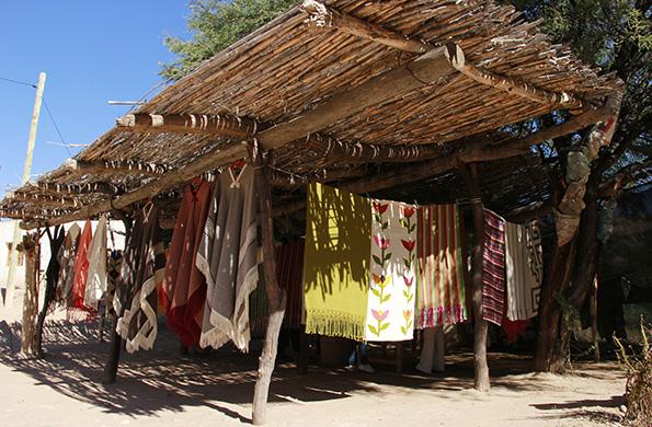 Las familias artesanas de este paraje campesino exponen y comercializan sus tejidos.