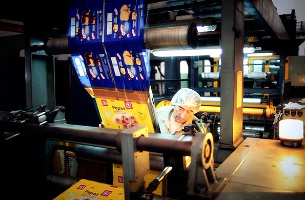 Uno de los trabajadores de la cooperativa, procesando los envases.