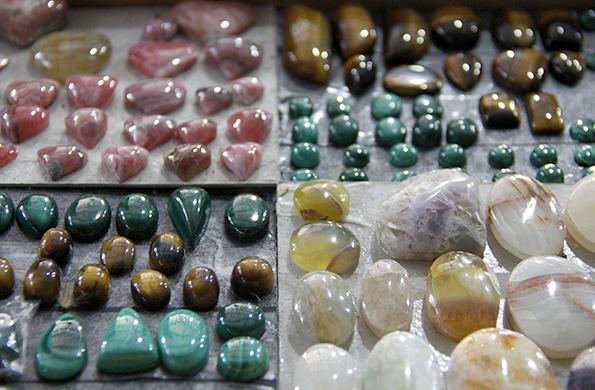 Comercializan rodocrosita, cuarzo, cuarcita, ópalo, lapislázuli, ojo de tigre y ónix, entre otras.