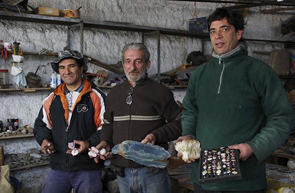 Los integrantes del emprendimiento Mineral 8 en el taller donde elaboran sus productos.