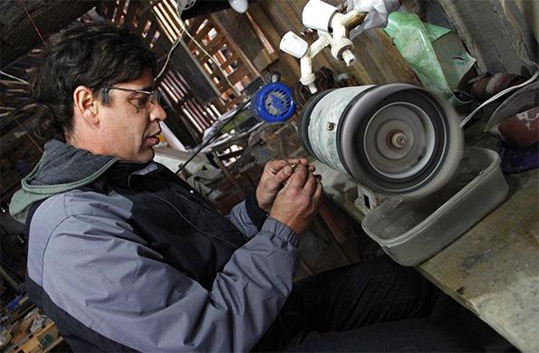 El taller se completa con varias máquinas pulidoras, herramientas y cientos de piedras semipreciosas