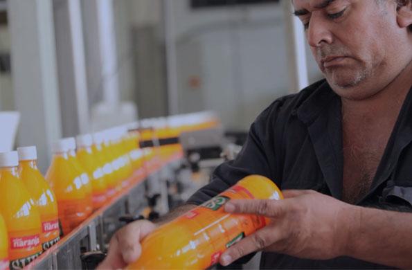 Citrus Argentina es una cooperativa de la economía solidaria que produce jugos concentrados.