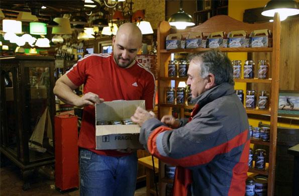 Comercializan productos típicos de la región como escabeches de pulpo, mejillón, calamar y ostras.