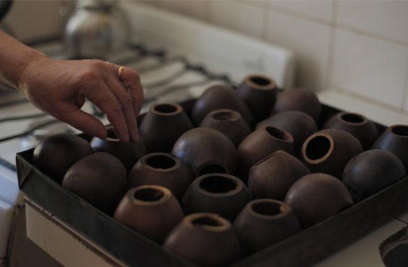 María Remedios Gómez se encarga de abrirlos, sacarles las semillas e introducirlos en el horno.