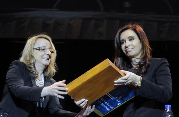 """Alicia Kirchner entregó a la Presidenta el libro """"Políticas Sociales del Bicentenario. Un Modelo Nacional y Popular""""."""