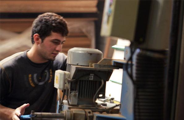 La línea de mobiliario que desarrolla son vinotecas, heladeras torteras, escritorios y fiambrería.