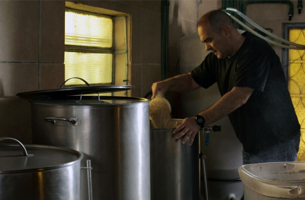 El proceso de elaboración de la cerveza comienza con su cocción, que se realiza en el día.
