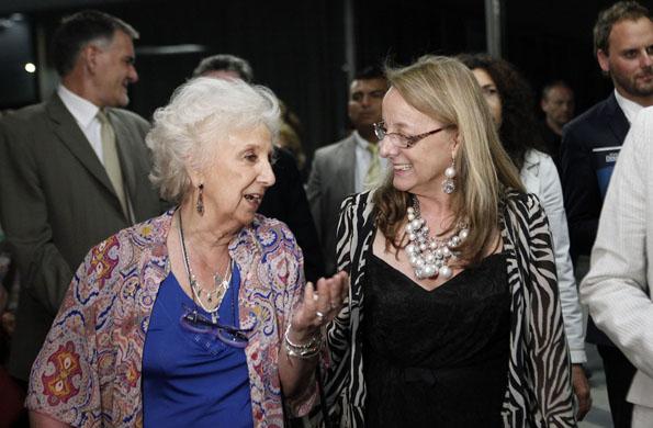 La ministra Alicia Kirchner junto a Estela de Carlotto durante el acto.