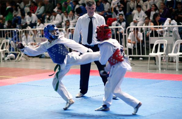 El joven deportista entrena dos horas, tres veces por semana.