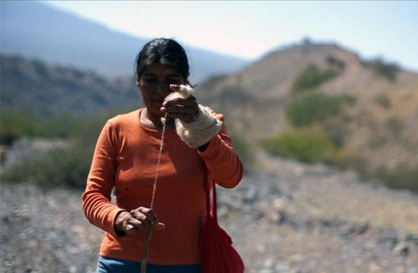 Imagen de mujer hilando lana