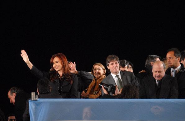 Cristina Kirchner junto a funcionarios durante el acto realizado en la Av. 9 de Julio