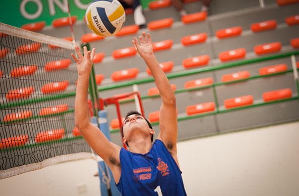 Integra la selección Sub 18 masculina de vóleibol de la provincia puntana.