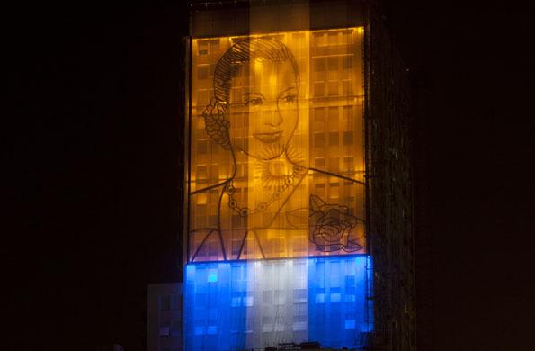 """Visión nocturna del Mural """"Eva de los Humildes"""""""