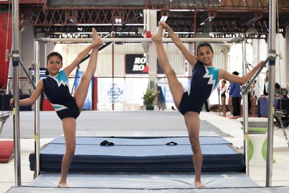 Giuliana y Tiziana practican gimnasia artística en la ciudad de La Rioja.