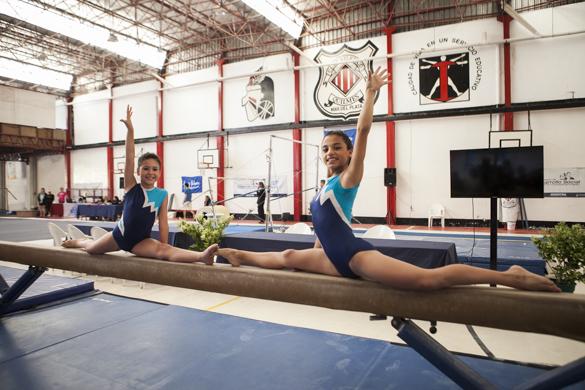 La gimnasta invita a otros jóvenes a que practiquen deporte.