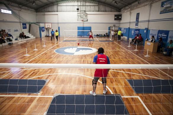 Esta entusiasta jugadora entrena en un colegio para personas no videntes.