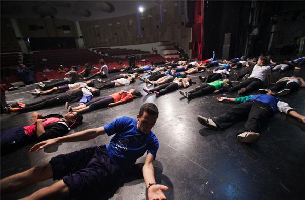 Más de 950 jóvenes y adultos mayores estuvieron presentes hoy en el Teatro Auditorium.