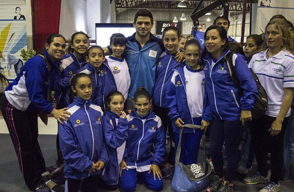 Molinari se sacó fotos con los chicos que participaron en este deporte en Mar del Plata.