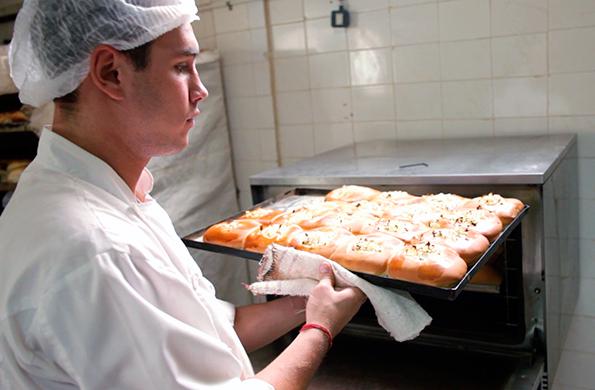 Mediante Manos a la Obra, en 2004, compraron un horno rotativo, una sobadora y una armadora de pan.