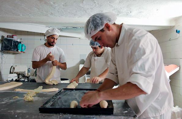 La Cacerola fabrica productos de panadería y pastelería, también tienen cafetería y un restorant.