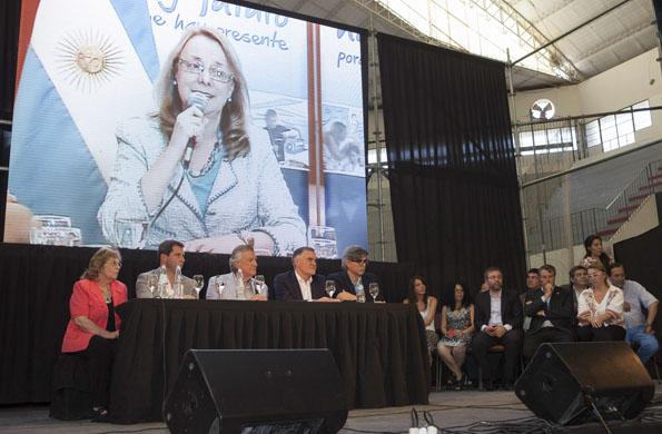 La ministra Alicia Kirchner se comunicó por videoconferencia con la provincia de San Juan.