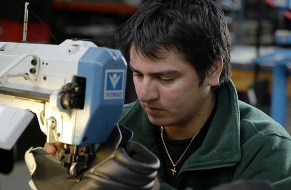 La iniciativa se especializa en diseñar calzado para skaters.