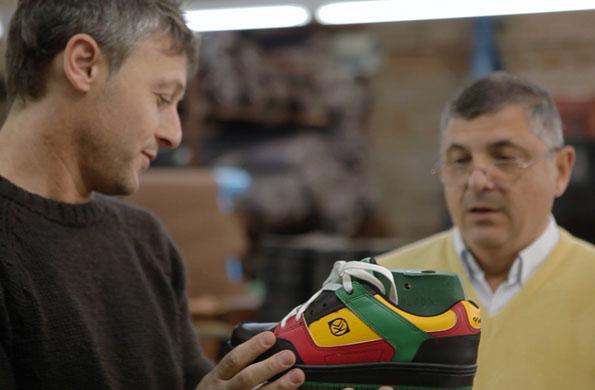 Uno de los trabajadores, cosiendo uno de los modelos de calzado.