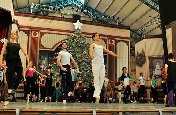 Maestros e integrantes del ballet estuvieron al frente de una clase abierta de danza clásica.