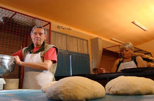 Jorge y su esposa Juana elaborando las masas de sus panes.