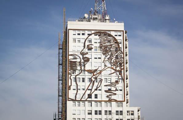 El mural en hierro fue realizado por los artistas Daniel Santoro y Alejandro Marmo.