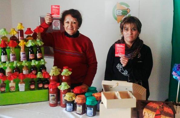 """Emprendedoras de la economía social se sumaron a la campaña """"Sacá tarjeta roja al maltratador""""."""