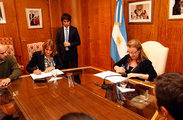La ministra Alicia Kirchner, durante la firma del convenio.