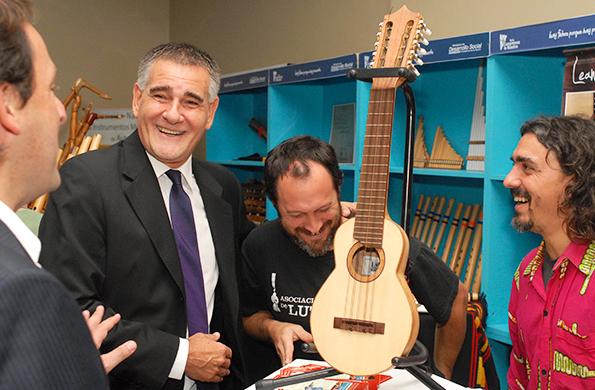 Carlos Castagneto participó de la inauguración de la Feria Nacional de Luthiers.