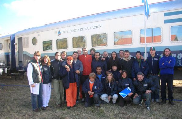 Viajan en el tren profesionales de los ministerios de Salud y Desarrollo Social.